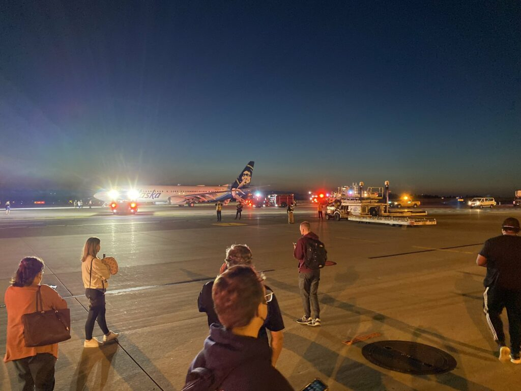 1629882082 654 A Samsung mobile phone caught fire causing the Alaska Airlines A Samsung mobile phone caught fire, causing the Alaska Airlines plane to be evacuated immediately 4